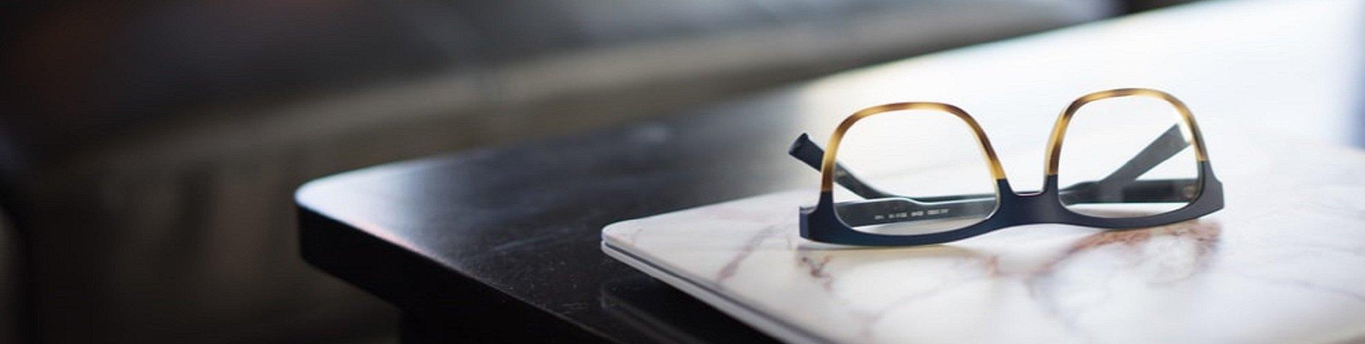 Okulary na stole Okulista \ Gaja